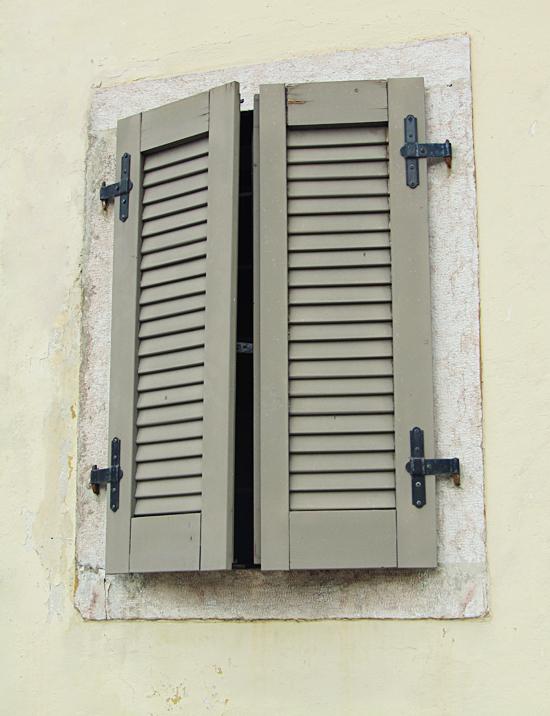 szürke ablak